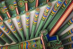 Detalle del tejado coreano tradicional, ornamento adornado colorido Imágenes de archivo libres de regalías