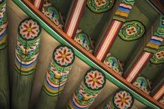 Detalle del tejado coreano tradicional, ornamento adornado colorido Imagen de archivo libre de regalías