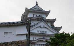 Detalle del tejado, de la torre y de las paredes del castillo de Himeji en un claro, día soleado Himeji, Hyogo, Jap?n, Asia imagen de archivo