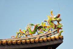 Detalle del tejado de un templo chino con un dragón colorido Fotografía de archivo libre de regalías