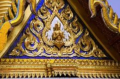 Detalle del top de un templo en Bangkok, Tailandia, con vibrante foto de archivo libre de regalías