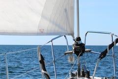 Detalle del torno del barco de vela y del yate de la cuerda fotografía de archivo libre de regalías