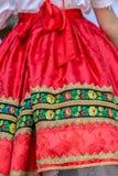 Detalle del traje popular eslovaco tradicional llevado por las mujeres fotografía de archivo