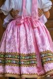 Detalle del traje popular eslovaco tradicional llevado por las mujeres imágenes de archivo libres de regalías