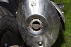 Detalle del tubo de escape de una motocicleta que cumple con las regulaciones sobre emisiones de gas imágenes de archivo libres de regalías