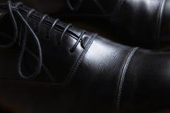 Detalle delantero de un par de zapatos clásicos de cuero negros Imagen de archivo libre de regalías