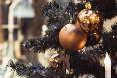Detalle el árbol de navidad con las bolas de oro del día de fiesta y las luces con el espacio de la copia en fondo del bokeh en i Imagen de archivo libre de regalías