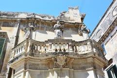 Detalle el balcón con las estatuas en el cuadrado de Piazza del Duomo, Lecce, Italia imágenes de archivo libres de regalías