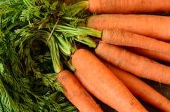 Detalle el manojo de zanahorias en el fondo rústico de madera Foto de archivo libre de regalías