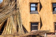 Detalle el tiro de la hierba de lámina usado para construir casas de tejado cubierto con paja foto de archivo