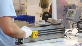 Detalle el tiro de un trabajador dentro de una fábrica de la electrónica del automóvil almacen de metraje de vídeo