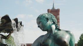 Detalle en la fuente de Neptuno en Berlín almacen de metraje de vídeo