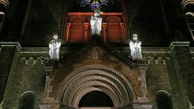 Detalle en la visión 4K con la diversa iluminación de la noche del milenio católico de la catedral, Timisoara, Rumania almacen de metraje de vídeo