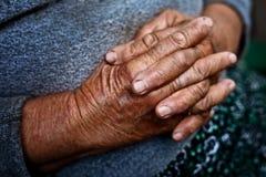 Detalle en las viejas manos de la mujer arrugada mayor Imagenes de archivo