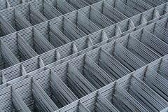 Detalle en una cerca galvanizada del metal del cinc Imagen de archivo libre de regalías