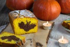 Detalle en una torta de la calabaza de Halloween con un símbolo del palo del cacao en el corte imágenes de archivo libres de regalías