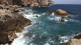 Detalle español típico de Costa Brava en Cataluña con muchos roca almacen de metraje de vídeo