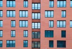 Detalle exterior arquitectónico de la construcción de viviendas residencial con la fachada del ladrillo imágenes de archivo libres de regalías