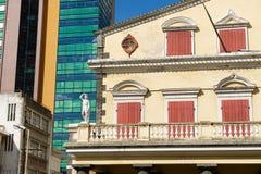 Detalle exterior del edificio viejo del teatro con arquitectura moderna en el fondo en Port Louis, Mauricio imagen de archivo libre de regalías