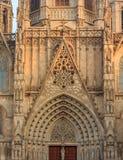 Detalle gótico de la fachada y tracery por la puerta delantera principal o foto de archivo