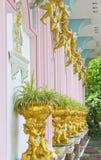Detalle hermoso de la querube del yeso con la concha de peregrino y el roble l de la hoja de oro Imágenes de archivo libres de regalías