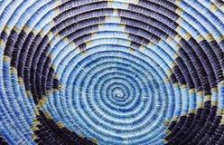 Detalle indio de la cesta del nativo americano en azul y púrpura Fotos de archivo