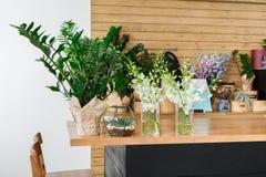 Detalle interior de la floristería, pequeña empresa del estudio del diseño floral Fotos de archivo libres de regalías
