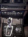 Detalle interior del coche, engranaje del cambio fotografía de archivo