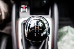 Detalle interior del coche, la palanca del cambio de marcha imagen de archivo