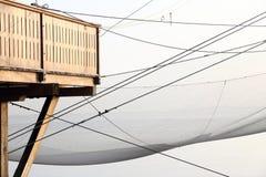 Detalle la casa del zanco por el mar y las redes de pesca de pescadores Imágenes de archivo libres de regalías