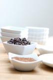 Polvo y semillas de cacao Fotos de archivo