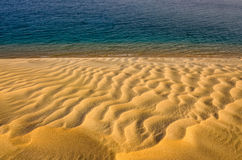 Detalle la vista de las dunas de arena y del agua del océano que ponen en contraste fotografía de archivo libre de regalías