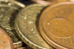 Detalle la vista de las fronteras de diez y cinco monedas del euro del centavo Foto de archivo