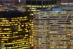 Detalle ligero del rascacielos en la oscuridad en ciudad americana Imagen de archivo libre de regalías