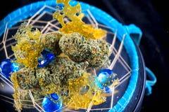 Detalle macro de los nugs del cáñamo y concentrados de la marijuana y x28; aka sh Fotos de archivo