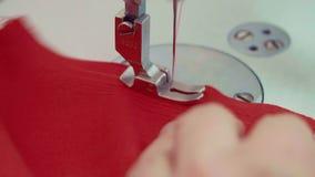Detalle macro de trabajo de la máquina de coser la aguja mueve y cose la tela el corte del material en a metrajes