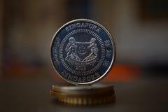 Detalle macro de una moneda y de un x28 singapurenses; Dólar de Singapur, SGD& x29; en el top de la columna imagenes de archivo