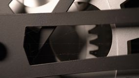 Detalle macro 4K del reloj metálico sucio viejo almacen de metraje de vídeo