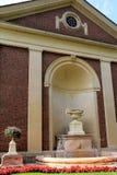 Detalle magnífico en flores, fuentes y uno de muchos edificios históricos en la propiedad del parque de estado de Saratoga, Sarat Imagenes de archivo