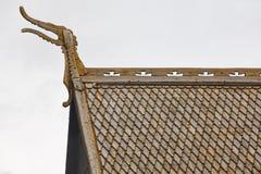 Detalle medieval del tejado de la iglesia del bastón de Lom Símbolo de Viking Tou de Noruega Imagenes de archivo