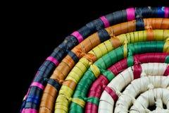 Detalle mexicano trenzado de la cesta en fondo negro Imagenes de archivo