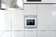 Detalle moderno de la configuración del horno blanco de la cocina Foto de archivo libre de regalías