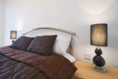 Detalle moderno del dormitorio con la cama gigante Imagen de archivo libre de regalías
