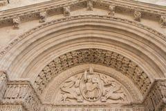 Detalle porta del St Trophime (Francia) fotos de archivo