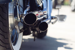Detalle posterior de los tubos de escape de la motocicleta Imagen de archivo