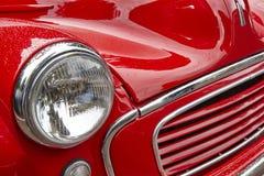 Detalle rojo clásico antiguo de la parte delantera del coche Fondo de la vendimia Imágenes de archivo libres de regalías
