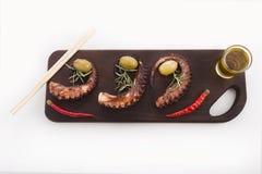 Detalle sano del marisco - pulpo, aceitunas y pimienta Foto de archivo