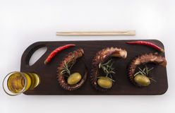 Detalle sano del marisco - pulpo, aceitunas y pimienta Fotografía de archivo