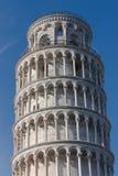 Detalle superior de la torre inclinada de Pisa, Italia Fotos de archivo libres de regalías