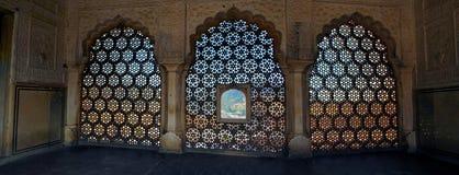 Detalle tradicional de la ventana del mármol de Rajasthani, la India Fotos de archivo